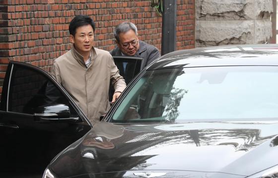 지난 3월 삼성동 자택 나오는 유영하(좌), 정장현(우) 변호사, 김춘식 기자