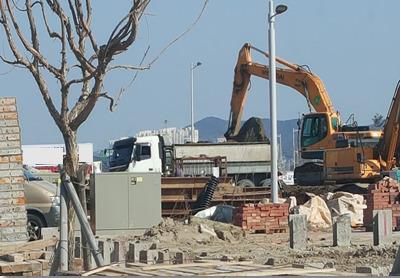 무허가 골재채취업자 A씨(59)가 아파트 공사현장에서 나온 흙을 덤프트럭에 싣고 있다. A씨는 이 흙을 모래로 둔갑시켜 판매했다. [사진 부산지방경찰청]