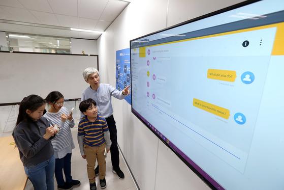 박성준 부사장이 학생기자들에게 마인즈랩에서 개발한 챗봇의 종류와 기능에 대해 설명하고 있다.