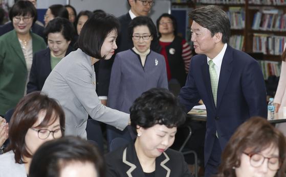 안철수 국민의당 대선 후보가 24일 오전 서울 명동 YWCA연합회에서 열린 성평등정책 간담회에서 참석자들과 인사하고 있다. 임현동 기자