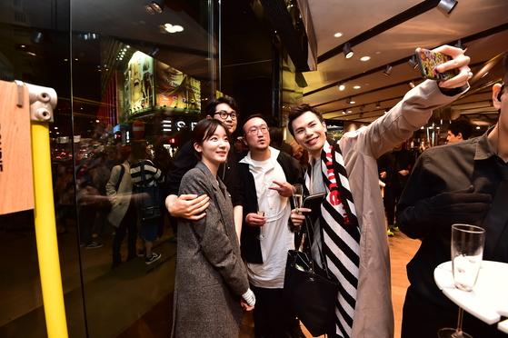 오프닝 행사에 참여한 홍콩 패션 관계자가 김무홍 디자이너(가운데) 등 한국 디자이너와 셀카를 찍고 있다.