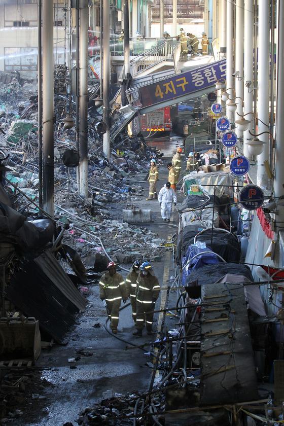 큰불로 불에 탄 대구 서문시장 4지구 건물. [프리랜서 공정식]