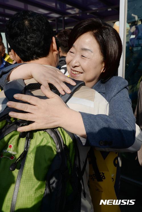 심상정 정의당 대선후보가 24일 오전 경기도 평택시 쌍용자동차 평택공장 정문에서 정리 해고되었다가 복직되어 출근하는 노동자들을 안아주고 있다. [뉴시스] taehoonlim@newsis.com