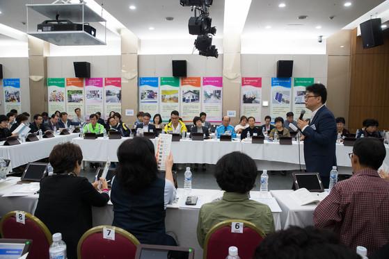 서울 성북구 주민들이 지난해 타운홀 미팅을 통해 올해 주민 참여 예산사업을 선정하고 있다.[사진 성북구청]
