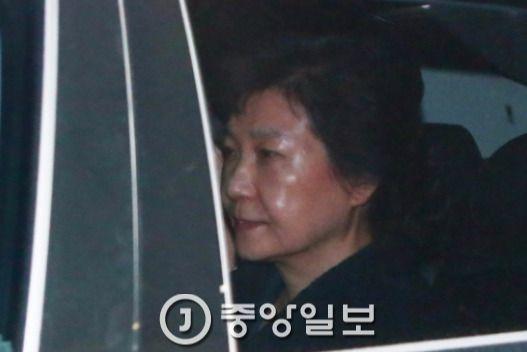 박근혜 전 대통령이 지난달 31일 새벽 서울구치소로 들어오고 있다. [중앙포토]