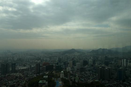 수도권 공기의질이 '나쁜'상태를 보인 20일 서울 남산 타워에서 바라본 서울 하늘이 희뿌옇게 보인다. 김상선 기자