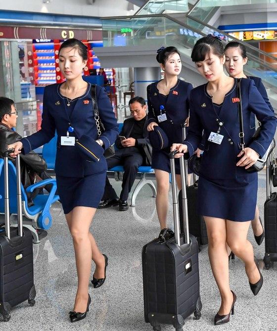 고려항공 여자 승무원들이 8일 평양순안국제공항에서 중국 심양으로 나가는 비행기에 탑스하고 있다. 중국국제항공이 취항을 중단한 동안 고려항공은 베이징-평양 노선을 증설했다. [평양 사진공동취재단]