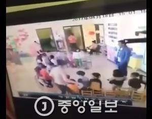 유치원에서 아이 때린 교사를 '응징'하는 엄마가 화제다 [사진 유튜브 캡쳐]