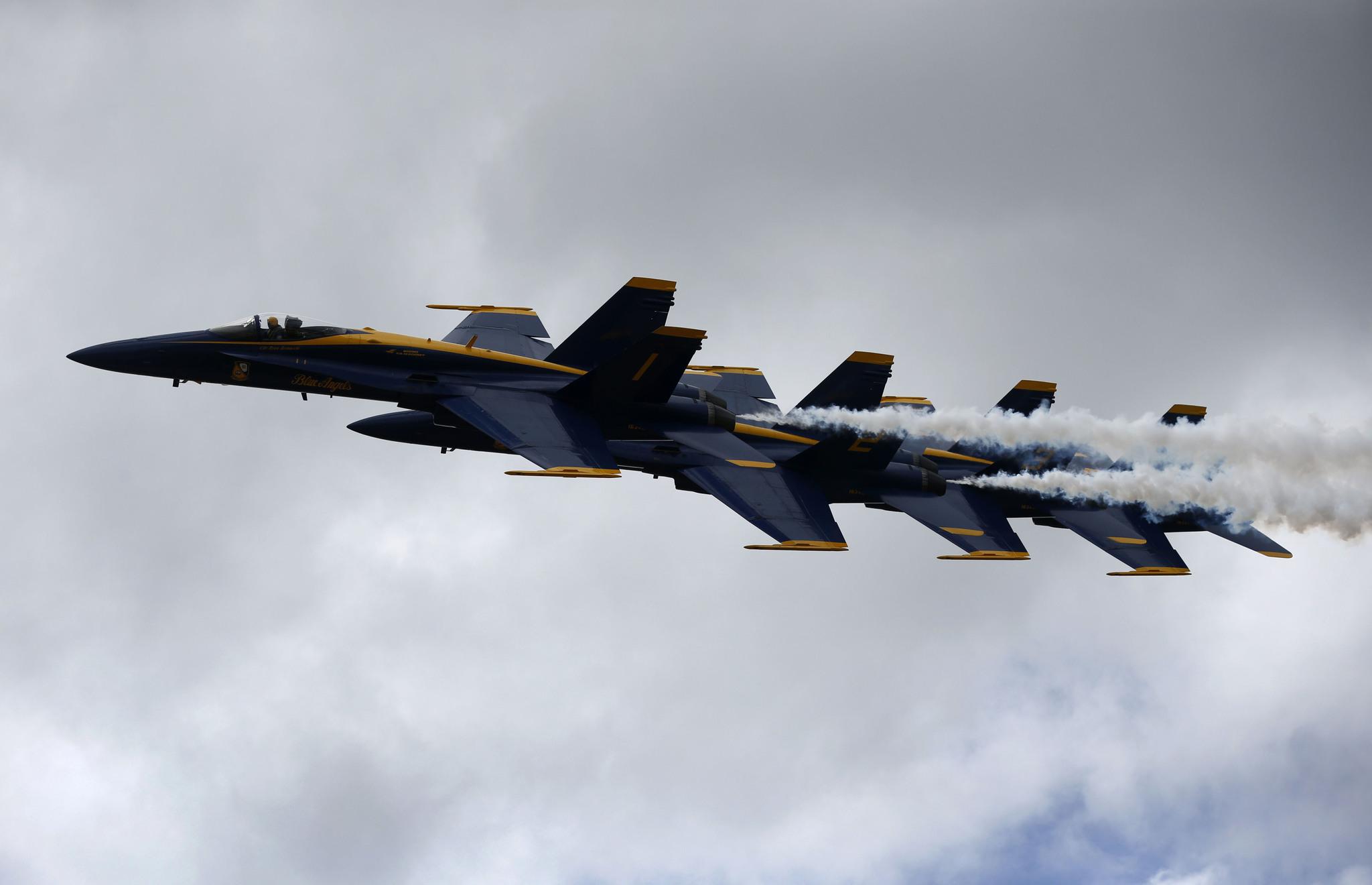 미 해군 블루엔젤스가 23일(현지시간) 뉴올리언즈 에어쇼에서 곡예비행을 선보이고 있다. [AP=뉴시스]