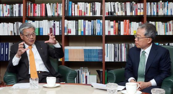 윤용로 전 외환은행장(오른쪽)이 18일 서울 여의도 금융투자협회 사무실에서 황영기 금융투자협회장을 만나 얘기를 나누고 있다. [강정현 기자]