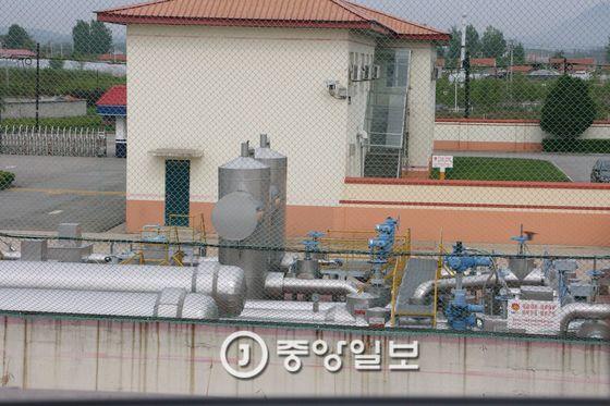 중국이 단둥시와 북한 평안북도 피현군을 잇는 송유관을 통해 북한에 원유를 공급하고 있다. [중앙 포토]