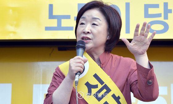 심상정 정의당 대선후보가 24일 오후 대전 유성구 궁동 로데오거리에서 열린 유세에서 유권자들에게 한 표 호소하고 있다. 프리랜서 김성태