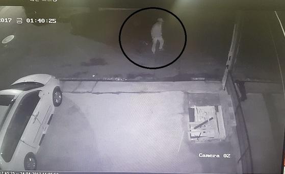 대전 '여행용 가방 시신사건'의 피의자 이모씨가 지난 21일 시신을 담은 여행용 가방을 끌고 가고 있다. [사진 대전경찰청]