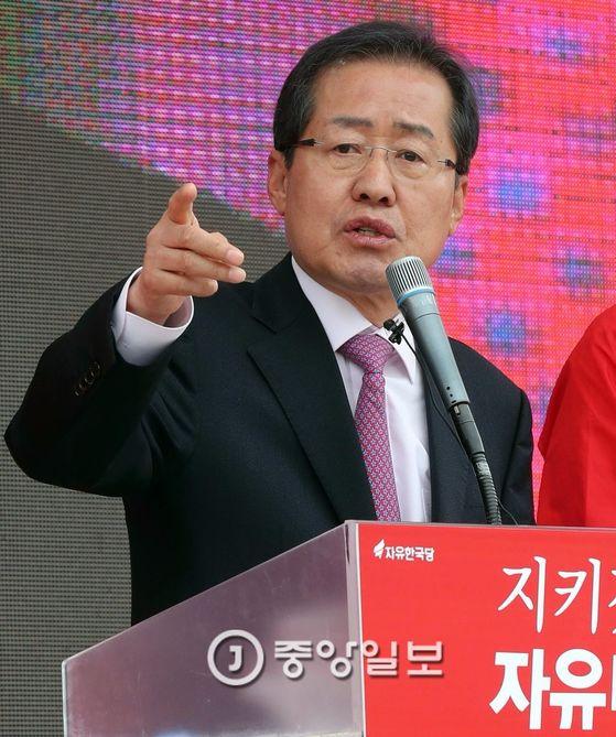 홍준표 자유한국당 후보는 손으로 가리키는 사진이 많다. [중앙포토]