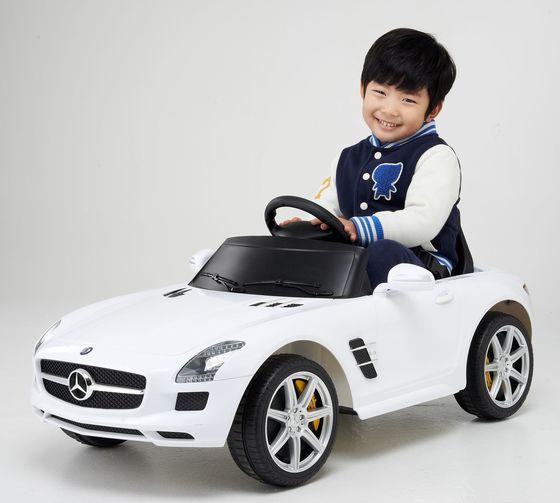 롯데마트에서 어린이날을 맞아 19만8000원에 선보이는 벤츠 GLA45 AMG 전동자동차 [사진 롯데마트]
