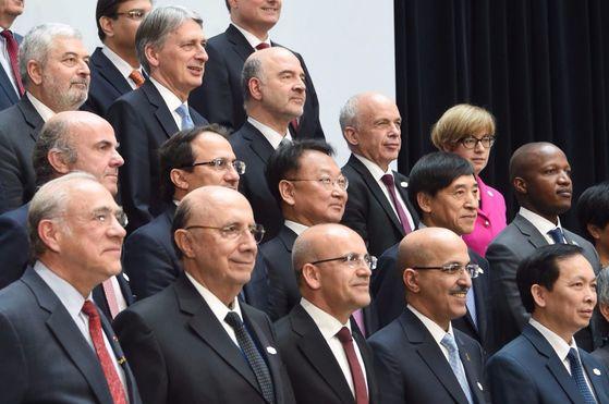 유일호 부총리 겸 기획재정부 장관(두번째 줄 오른쪽에서 세 번째)이 21일(현지시간) 미국 워싱턴에서 열린 G20재무장관ㆍ중앙은행총재회의에 참석해 각국 대표들과 기념사진을 찍고 있다. 유 부총리 오른쪽은 이주열 한국은행 총재. [사진 기획재정부]