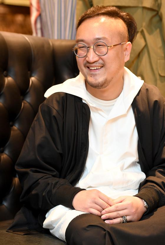 정치학 박사 출신의 늦깎이 디자이너 김무홍씨. 인문학을 패션에 접목시키는 일종의 복합 문화 콘텐트가그의 작품의 특징이다.[사진 서울디자인재단]