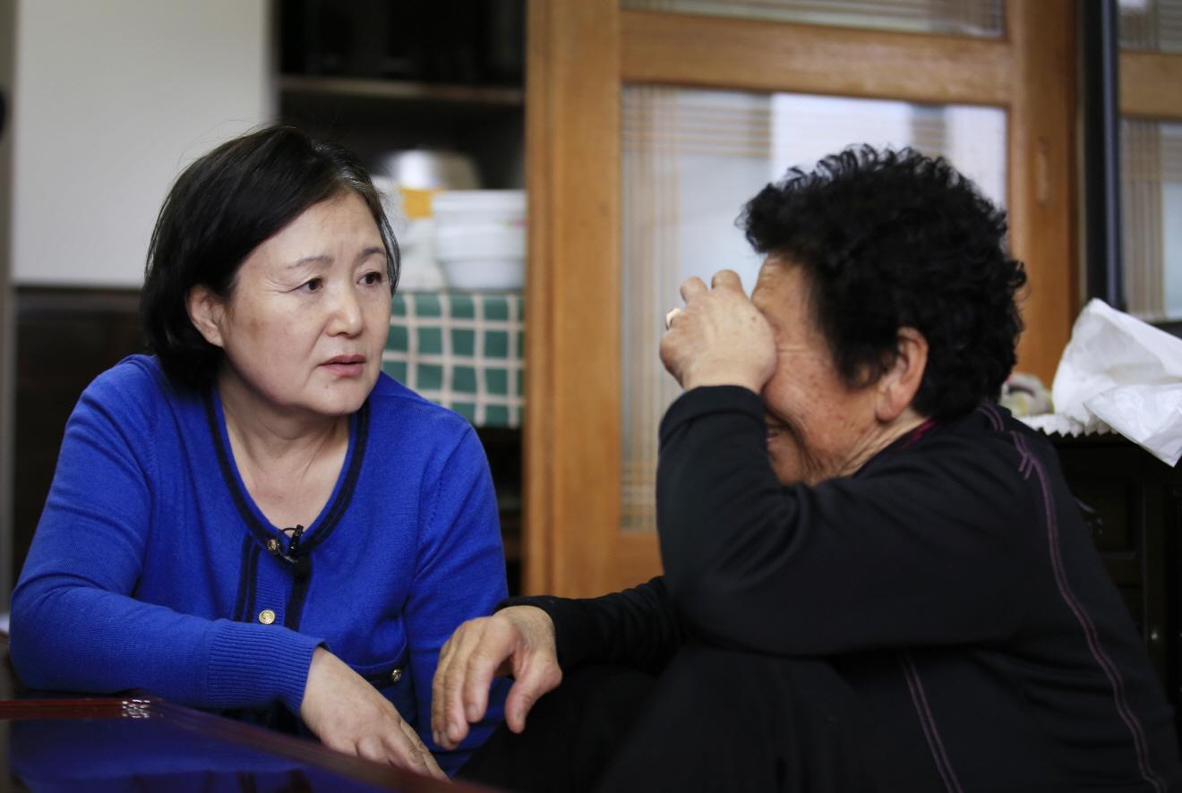 김정숙씨가 고 김남두 독립유공자의 며느리인 김양강 할머니에게 도다리쑥국을 대접한 뒤 이야기를 듣고 있다.