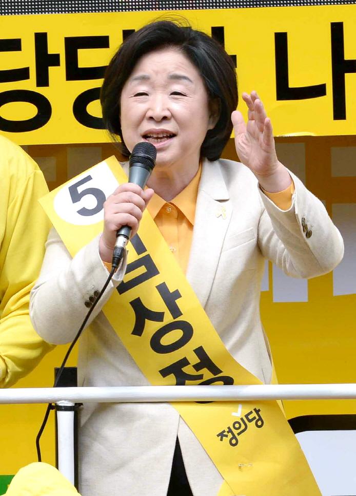 정의당 심상정 대선후보가 20일 경남 창원시 성산구 반송시장을 찾아 시민들에게 지지를 호소하고 있다. 송봉근 기자