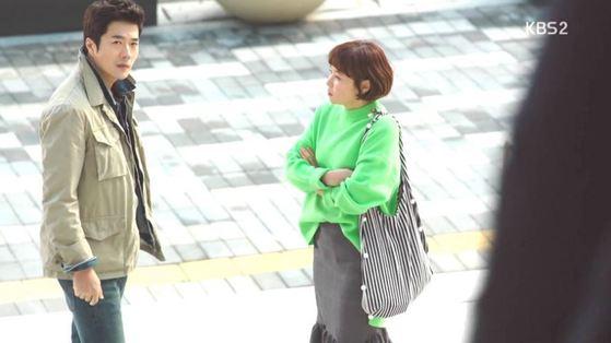 형광색 스웨터에 무채색 스트라이프 가방을 매 차분한 이미지를 연출했다. [사진 KBS 추리의 여왕 영상 캡처]