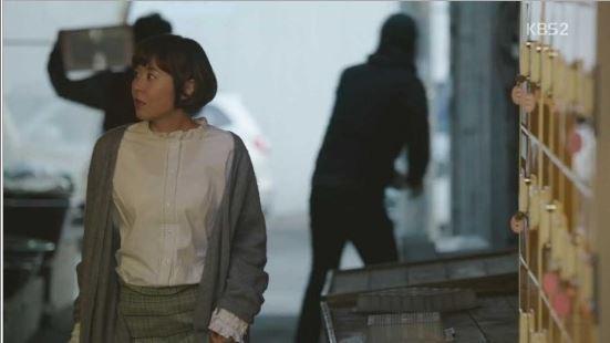 러플이 달린 블라우스에 통넓은 체크무늬 바지, 그 위에 회색 카디건을 입었다. [사진 KBS추리의 여왕 영상 캡처]