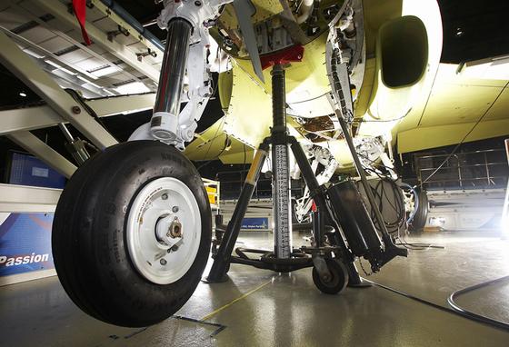 T50 훈련기에 장착되고 있는 금호타이어의 항공기용 타이어. [금호타이어]