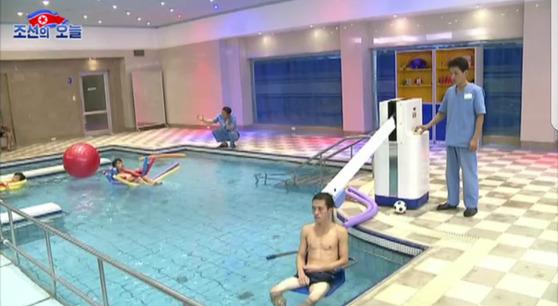 북한의 종합재활치료센터인 '문수 기능회복원'에서 환자들이 '수중 치료'를 받고 있다. [사진=조선의 오늘]