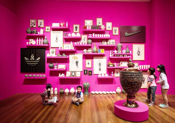 경기세계도자비엔날레는 세계적인 규모의 예술행사이자 체험 문화제다. 어린이 관람객이 도자 작품을 관람하고 있다. [중앙포토]