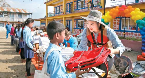 지난달 네팔 푸룸부에서는 '롯데홈쇼핑 푸룸부 휴먼스쿨' 완공식이 열렸다. 롯데홈쇼핑 임직원 봉사단이 같이 참여해 재능 나눔을 실시했다. [사진 롯데홈쇼핑]