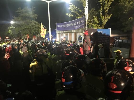 26일 오전 2시쯤 경북 성주군 초전면 소성리 마을회관 앞에서 고고도미사일방어(THAAD) 체계 배치에 반대하는 주민들과 경찰이 대치하고 있다. 성주=김정석기자