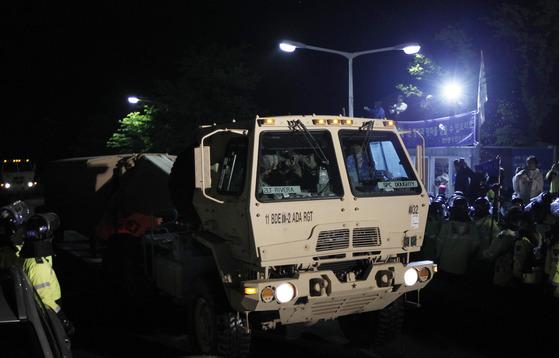 26일 오전 경북 성주군 초전면 소성리 마을회관 앞으로 고고도미사일방어(THAAD) 체계 장비가 옮겨지고 있다. 프리랜서 공정식
