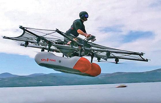 24일(현지시간) 미국 스타트업 키티호크가 개발한 1인승 비행 자동차 '플라잉 카'의 시제품이 캘리포니아주의 한 호수 위를 시험비행하고 있다. [사진 키티호크]