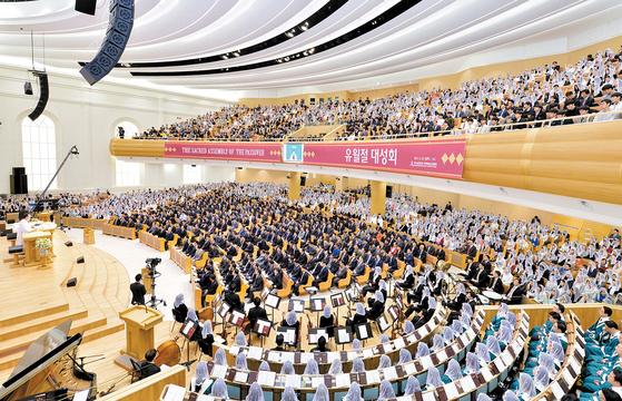 새예루살렘 판교성전에서 지난 4월 10일 개최된 유월절 대성회 모습. 1964년 시작돼 한국에 총회를 둔 하나님의 교회는 세계 175개국에 진출해 이웃의 어려움을 돌보는 자선과 봉사로 국제사회에서 한국의 위상을 높이는 데 기여하고 있다. [사진 하나님의 교회]