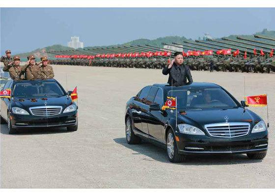 북한이 25일 인민군 창건 85주년을 맞아 강원도 원산에서 육해공군 합동으로 대규모 화력훈련을 실시했다. 지난해 '연습'이라고 했던 북한은 이날 훈련을 '시위'라고 밝혔다. 김정은 북한 노동당 위원장이 훈련에 참여한 부대들을 사열하고 있다. [사진 노동신문]