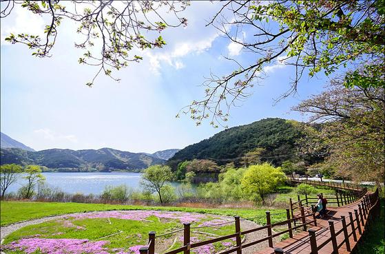 5월은 걷기 좋은 계절이다. 한국관광공사가 이달의 걷기여행길 10곳을 추려 소개했다. 사진은 내장산을 바라보며 걷는 정읍사오솔길.