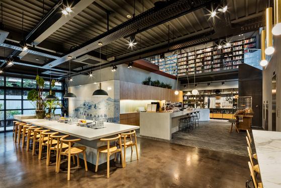현대카드 쿠킹라이브러리 1층. 안쪽 테이블에선 직접 만든 요리나 판매하는빵 등을먹을 수 있다.[사진 현대카드]