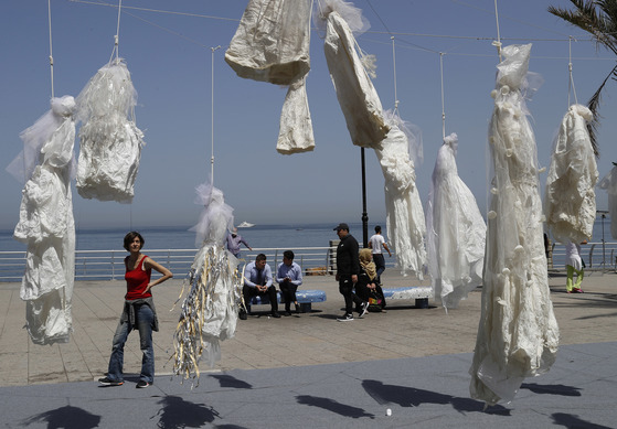 성폭행범에게 면죄부를 주는 형법 철폐를 요구하는예술가들이 레바논 베이루트에 설치한 작품. 웨딩드레스를 사형시키듯 걸어놓았다. [AP=뉴시스]
