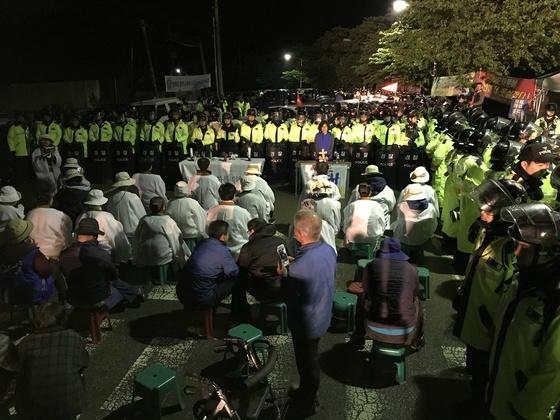 26일 오전 2시30분쯤 경북 성주군 초전면 소성리 마을회관 앞에서 고고도미사일방어(THAAD) 체계 배치에 반대하는 원불교 신자들과 경찰이 대치하고 있다. 성주=프리랜서 공정식