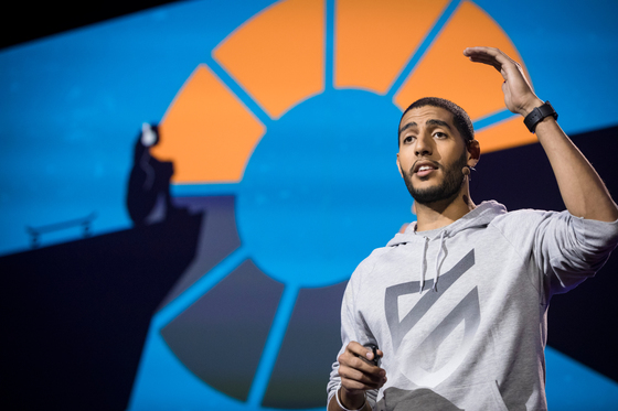캐나다 밴쿠버 컨벤션센터에서 24일(현지시간) 개막한 2017년 TED 무대에 미국 교육 사회단체 PMP를 만든 카림 아부엘나가가 등장해 자신의 경험을 소개하고 있다. 올해 TED의 주제는 '미래의 당신'이다. [사진 TED]