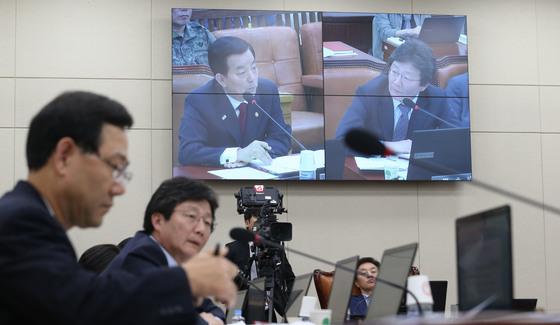 2015년 유승민 의원이 국회에서 열린 국방위 전체회의에서 한민구 국방장관에게 질의하고 있다. [사진= 중앙포토]