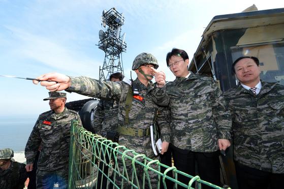 지난 2013년유승민 국회 국방위원장을 비롯한 국방위원들이인천 강화군에 위치한우도경비대를 시찰했다. [사진=국회사진기자단]