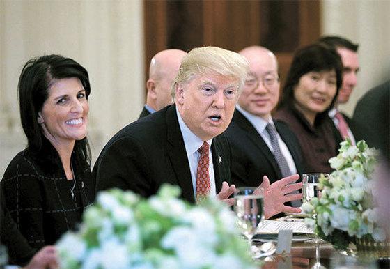 """24일(현지시간) 도널드 트럼프 미국 대통령(가운데)이 워싱턴 백악관에서 니키 헤일리 유엔 주재 미국대사(왼쪽) 등 유엔 안전보장이사회 15개 이사국 대사들을 초청해 오찬을 하고 있다. 그동안 유엔에 비판적 입장을 드러내 왔던 트럼프 대통령은 이날 """"유엔은 큰 잠재력을 가지고 있다""""고 말했다. [로이터=뉴스1]"""