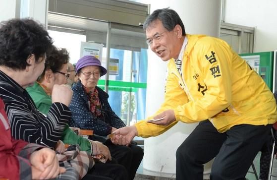정의당 심상정 후보 남편 이승배 씨가 25일 오전 경기도 일산노인종합복지관을 방문해 어르신들에게 인사하고 있다.