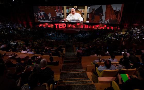 25일(현지시간) 캐나다 밴쿠버에서 열리고 있는 2017 TED 현장에 프란치스코 교황이 깜짝 등장했다. [사진 TED]