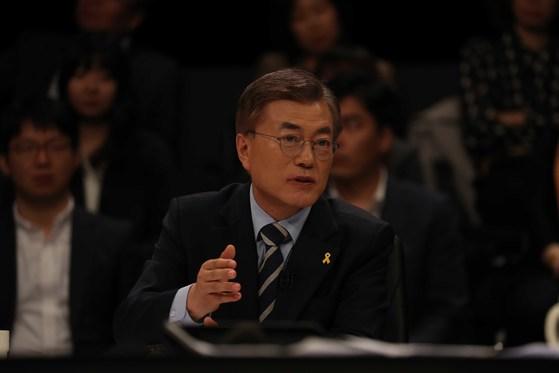 JTBC(중앙일보 ?한국정치학회 공동 주관)가 주최하는 대선후보 토론회가 25일 일산 빛마루 방송지원센터에서 열렸다.문재인 대선후보가 발언하고 있다. 오종택 기자