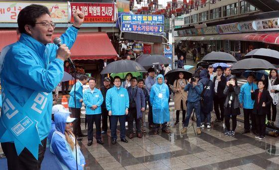 26일 고양시 백석역에서 50대 남성이 유승민 후보의 선거운동원을 폭행해 경찰에 입건됐다. 사진과 기사내용은 관련 없습니다. 강정현