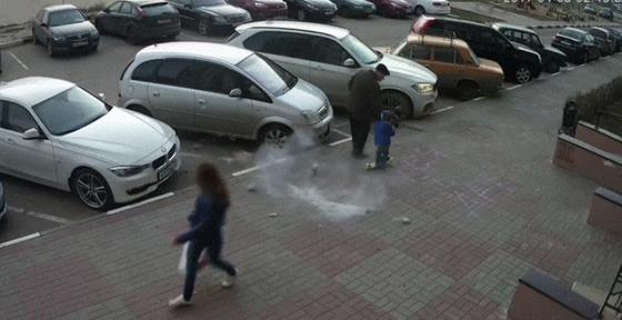 아파트 보도를 걷던 노인과 아이가 하늘에서 떨어진 벽돌에 맞을 뻔한 장면이 담긴 영상이 공개돼 확산하고 있다. [사진 유투브 영상 캡쳐]