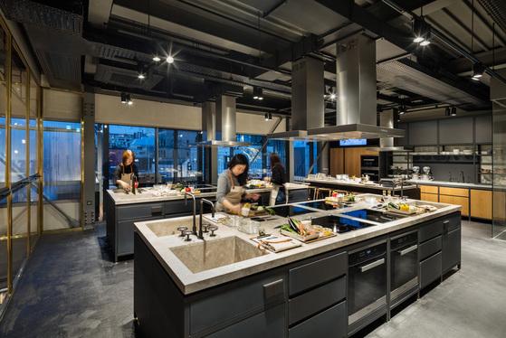 현대카드 쿠킹라이브러리 3층 셀프쿠킹클래스 키친.매일 2종류의 요리 레시피가 준비돼 있다. 1가지를 선택해 직접 요리할 수 있다. 참가비 2만원.[사진 현대카드]