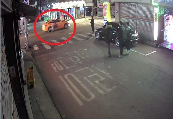 26일 김씨의 택시가 이씨를 매단 채 달리고 있다. [사진 서울 도봉경찰서]