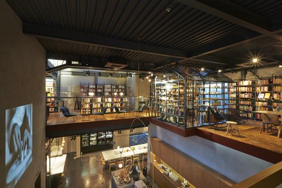 현대카드 쿠킹라이브러리 1,2층 전경. 1층에서올라오는 빵 굽는 냄새를 맡으며 책을 읽을 수 있다.[사진 현대카드]